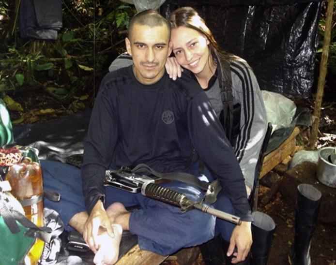 Tanja (r), codenaam Alexandra, met de inmiddels gedode rebellenleider Juan Manuel Santos.