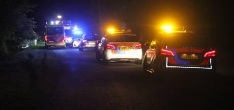 Persoon bekneld in auto na botsing tegen boom in Wierden