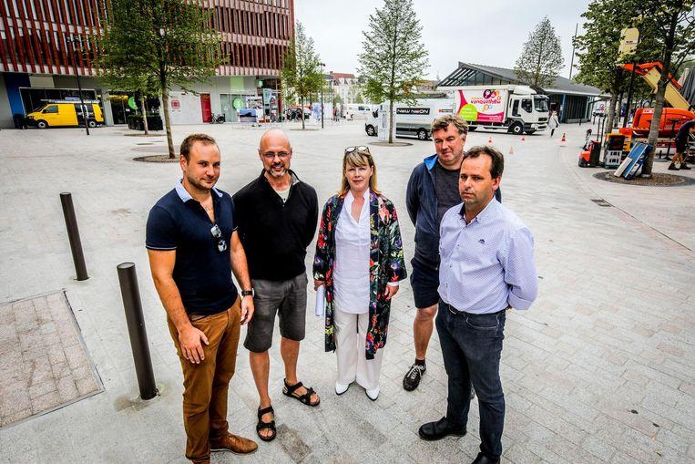 Wim Delperdange, Danny Van Tyghem, Hilde Decleer, Johan Missiaen en Hans Heindryckx op 't Zand.