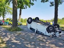 Auto over de kop na botsing tegen boom in Oisterwijk
