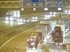 Fikse file A50 bij knooppunt Valburg door ongeluk, weg is wel weer vrij