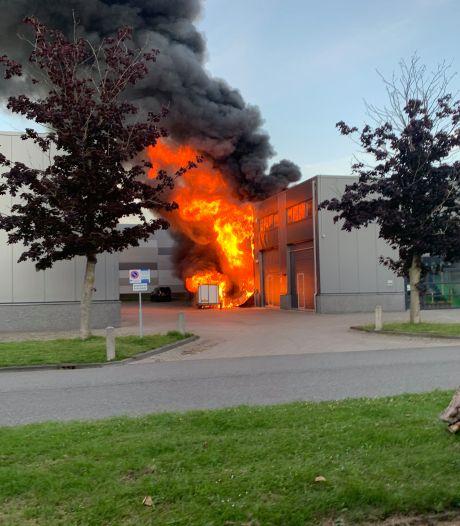 Uitslaande brand in oude verfspuiterij op industrieterrein Mijdrecht, twee lichtgewonden