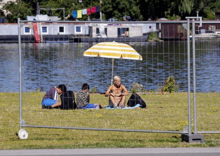 Er zijn hekken geplaatst om park Somerlust aan de Amstel.  Beeld ANP