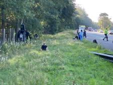 Auto knalt tegen boom naast de A28 op de Veluwe, snelweg richting Zwolle dicht