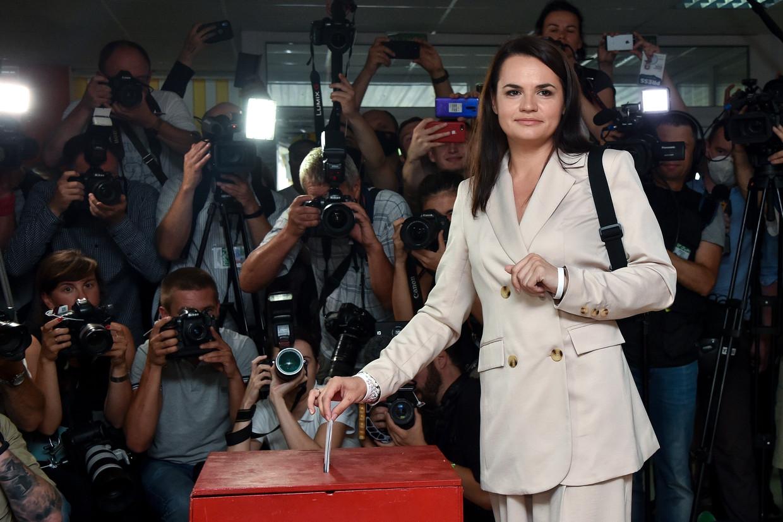 Svetlana Tichanovskaja bij de stembussen tijdens de verkiezingen in augustus.