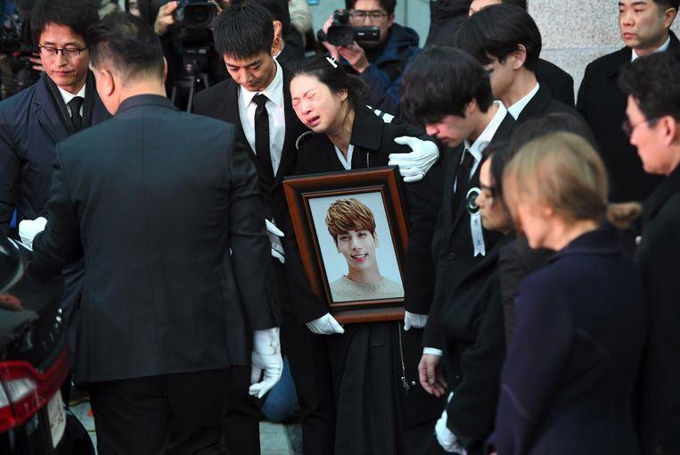 Begrafenis van Kim Jong-Hyun, leadzanger van de populaire K-popband Shinee, die half december 2017 zichzelf doodde. Beeld afp