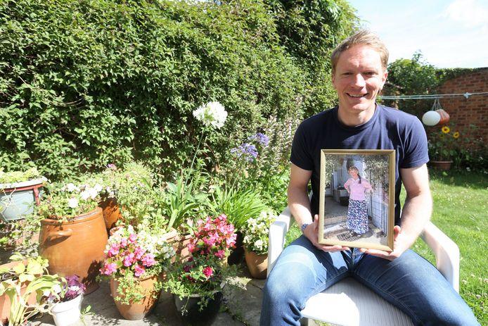 Pieter Michiels met een foto van zijn moeder Vicky op schoot in haar tuin.