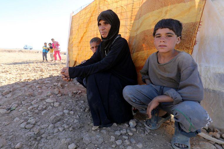 A'adwia al Jasm met haar kinderen in het vluchtelingenkamp in Ain Issa. Beeld Delil Souleiman