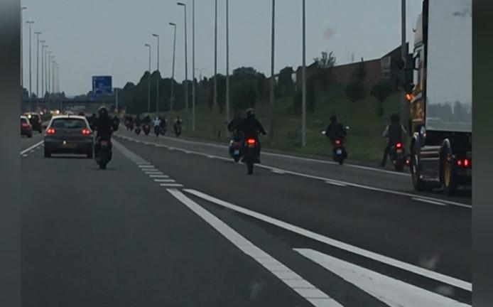 De scooterrijders op de A73.