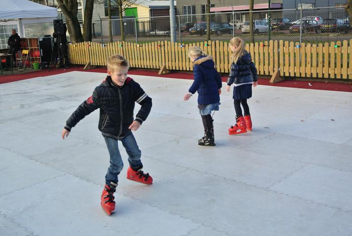 Voor de kerstmarkt in Groesbeek wordt een schaatsbaantje neergelegd.  Archieffoto DG