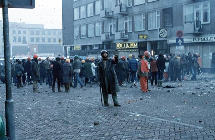 Krakers en hun sympathisanten trekken zich terug in de Nijmeegse Bloemerstraat: een grimmig beeld van de Pierson-rellen in 1981. Foto: Theo van Santen