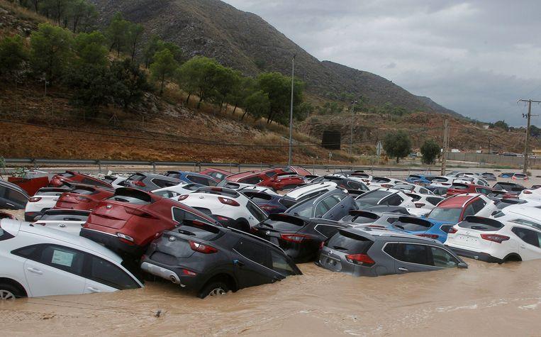 Auto's ondergedompeld in het water in Orihuela, Alicante.