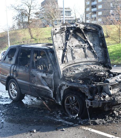 Auto brandt uit op Traianusplein, twee rijstroken dicht