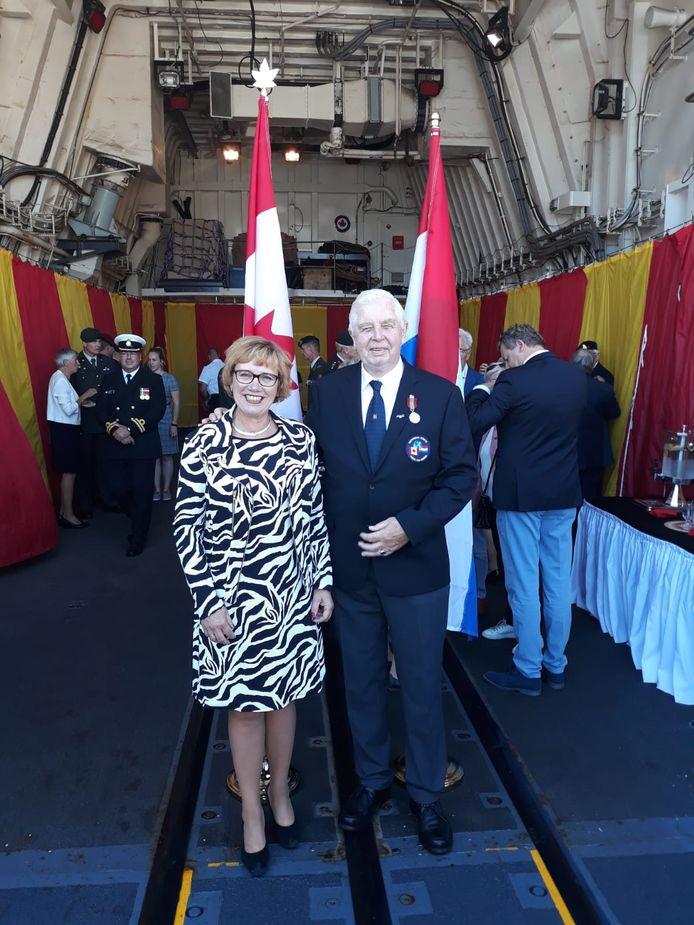 Hellendoorns burgemeester Anneke Raven met de gedecoreerde Albert Hartkamp op het Canadese fregat St. John's.