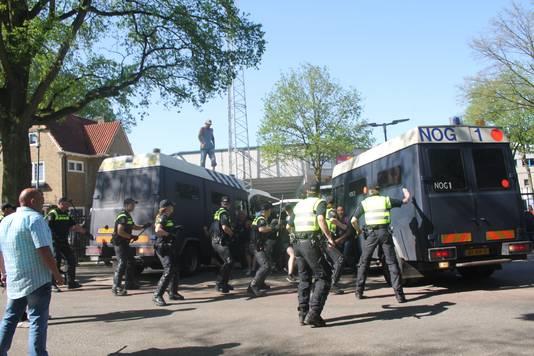 Confrontatie tussen Ajax-supporters en de ME na de wedstrijd tegen De Graafschap in mei 2016.