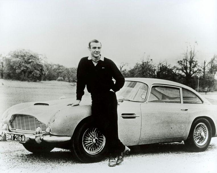 Sean Connery bij de Aston Martin tijdens de opnames van Goldfinger in 1964.