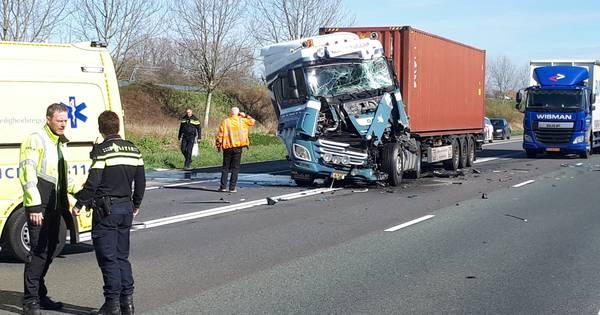 Ongeluk met twee vrachtwagens op A15, weg na 1,5 uur weer vrij.