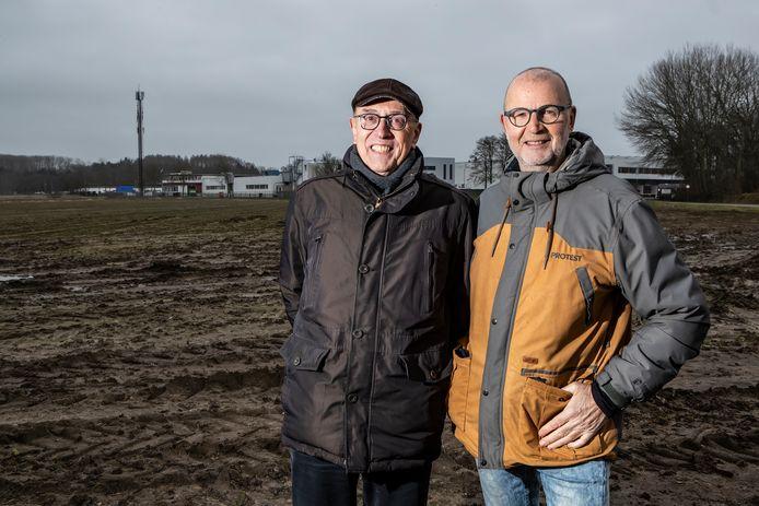 Hans van Vliet (links) van coöperatie Goed Veur Mekare en Anton Kleine Schaars van Stichting De Noordmanshoek bouwen samen aan de eerste energietuin van Nederland: een zonneakker in een parkachtige omgeving. Nu ligt het terrein nog braak.
