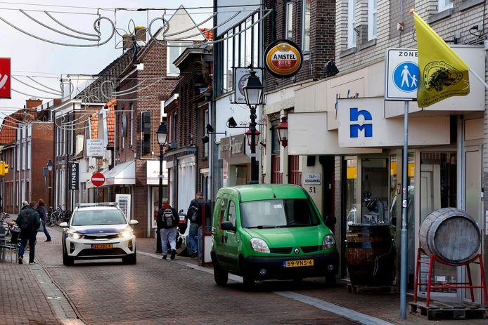 De voetgangerszone in het centrum van Leerdam wordt sinds enkele weken uitgebreid gecontroleerd door handhavers.