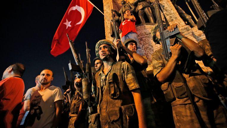 Soldaten en aanhangers van president Erdogan in Istanbul. Beeld AP