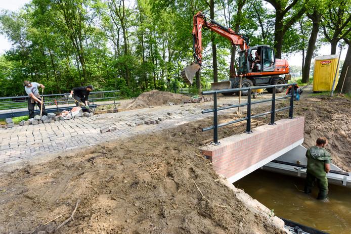 Renovatiewerkzaamheden aan de brug in Lage-Mierde.