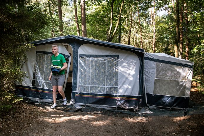 Student Thijs de Jong verblijft bij gebrek aan een kamer op camping De But in Berg en Dal. Met handdoek en shampoo is hij op weg naar het toiletgebouw.