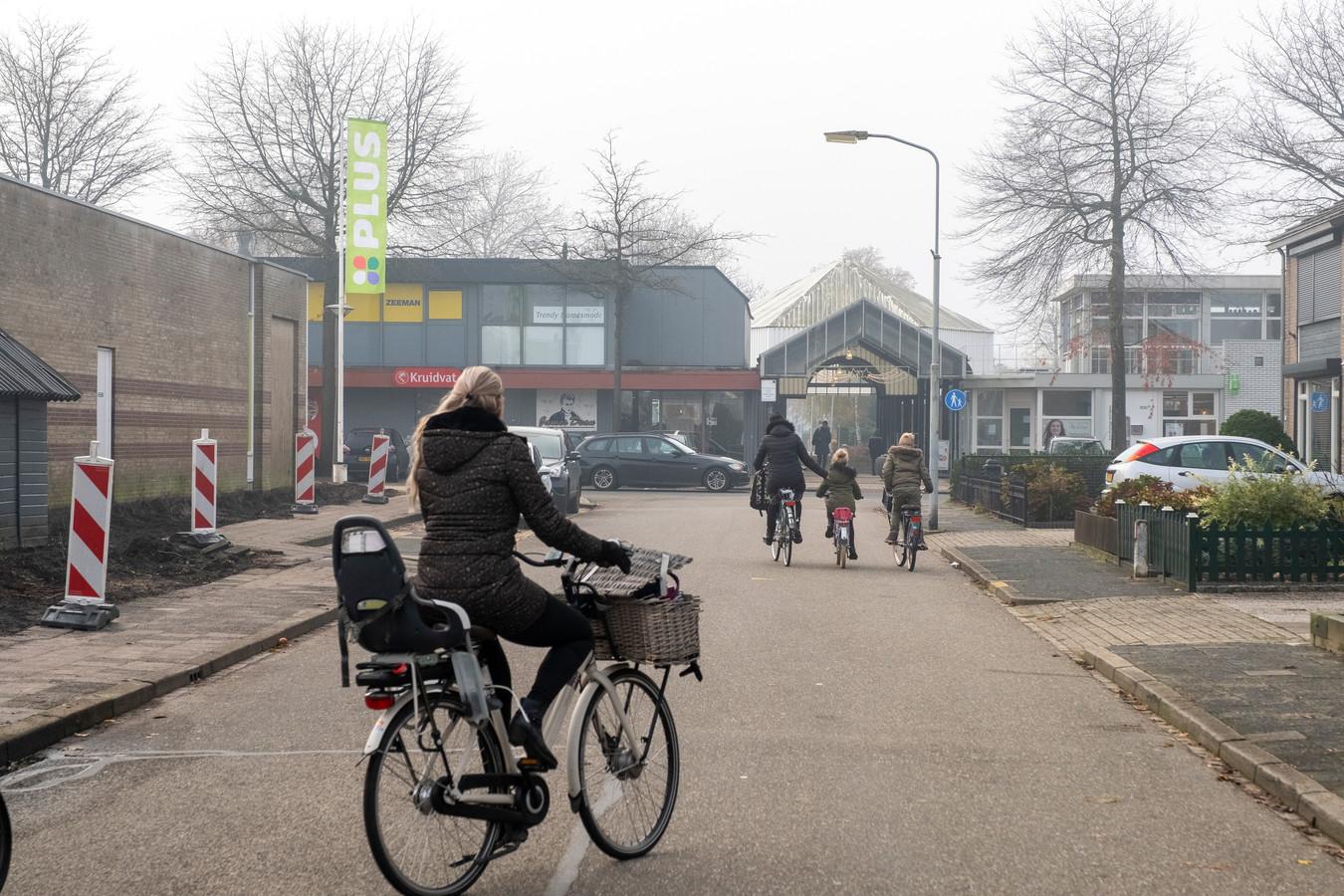 De bewoners van de Spireastraat vrezen voor overlast als de Plus uitgebreid wordt richting hun woningen.