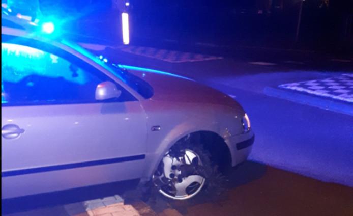 De zwaarbeschadigde auto nadat een man onder invloed door Waalwijk reed.