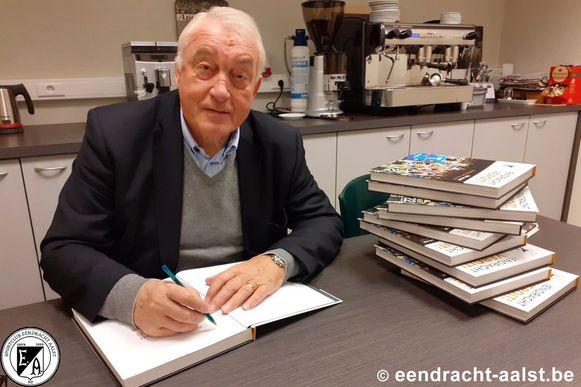 Paul Van Himst signeerde vijftig exemplaren van het boek over 100 jaar Eendracht Aalst
