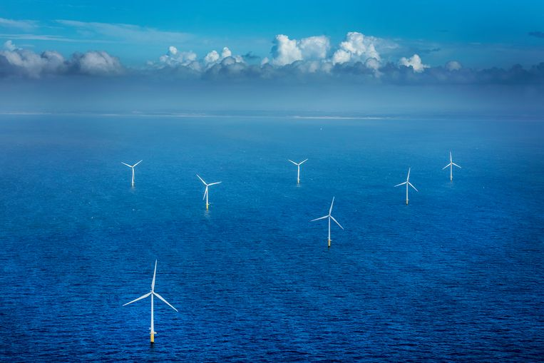 Windmolens in zee voor de kust van IJmuiden. Beeld null