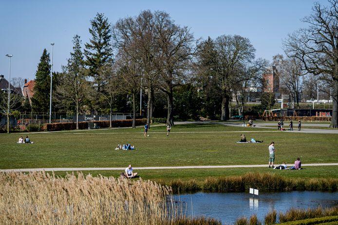 Het Volkspark in Enschede: op normale zomerse dagen puilt het uit van bezoekers. Maar 'normaal' is deze zondag natuurlijk niet.