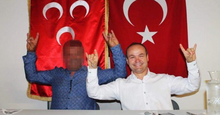 """Mustafa Aytar maakt het gebaar van de grijze wolven met beide handen. """"Het was maar om te lachen"""", verdedigde hij zich achteraf."""