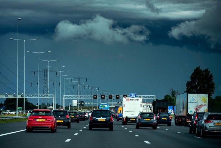 Dreigende wolken afgelopen juni boven Amsterdam gezien vanaf de snelweg A2 vanuit Utrecht. Beeld null