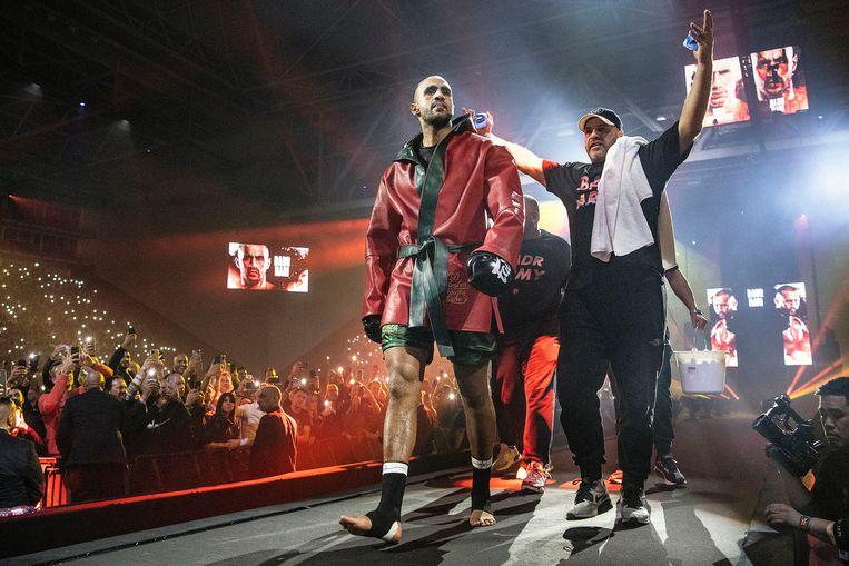 Badr Hari verschijnt bij de ring. Beeld Guus Dubbelman / de Volkskrant