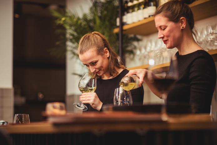 Medewerkers Bauke Kemperman (r) en Lisanne Berendsen van wijnbar 'Wijn bij Arentz' in Nijmegen.
