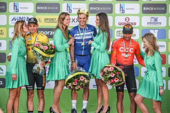 Vier bloemenmeisjes mochten de winnaars feliciteren.