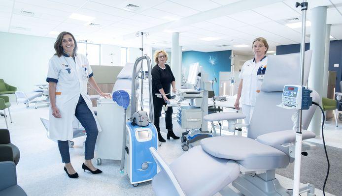 Ester Siemerink, Monique Mattijssen en Barbera Alberts (vlnr) in het nieuwe dagbehandelingscentrum oncologie in ziekenhuis ZGT in Hengelo.