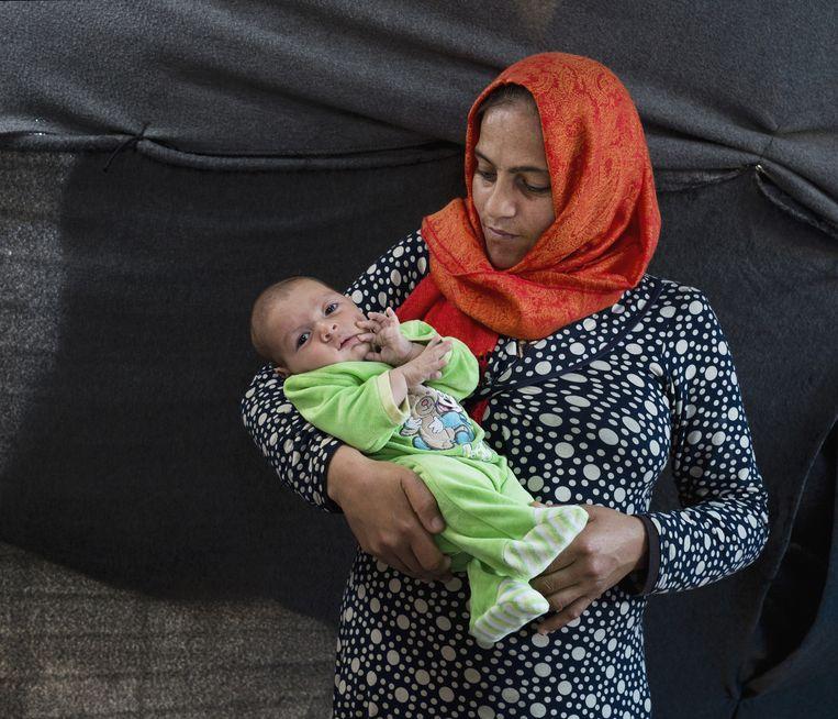 Wajdan Shalhob met haar zoontje Faouaz. Beeld Petros Giannakouris / AP