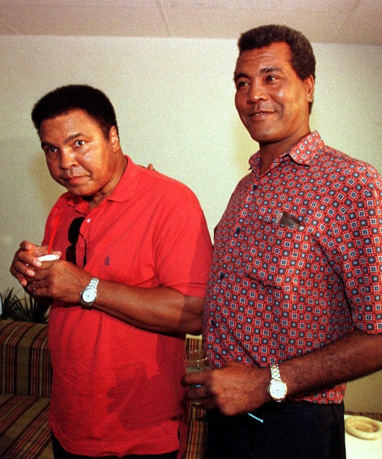 Stevenson (rechts) in 1998 in Cuba met Muhammad Ali. Beeld ap
