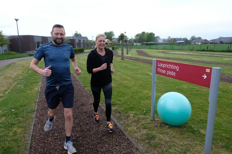 Schepenen Wouter Patho en Cindy van Paesschen geven het goede voorbeeld bij de start van de campagne.