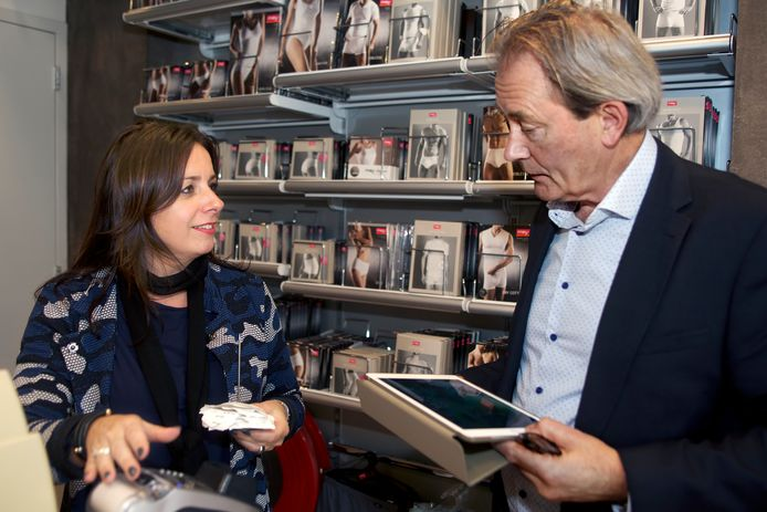 """Roland van Rooij (rechts) geeft praktische tips, zoals hier aan Sandra van den Maagdenberg in Made. ,,Zet de bonnenprikker en een schaar onder in plaats van op de toonbank."""""""