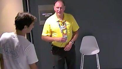 VIDEO. De regels gelden voor iédereen: Federer mag zonder spelerspasje niet binnen in kleedkamer