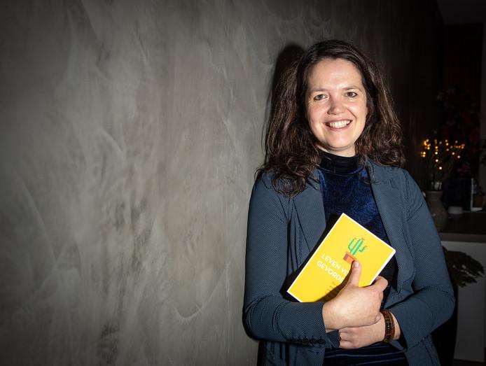 Esther Mostert uit Zwolle geeft trainingen in mindfulness en heeft een boek geschreven over keuzes maken en bewuster leven.