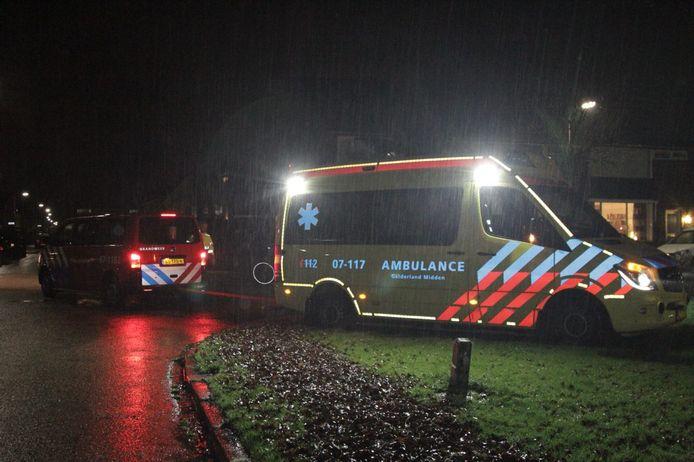 In de stromende regen kwam de ambulance vast te zitten in de modder. De brandweer schoot te hulp en trok de ambulance los.