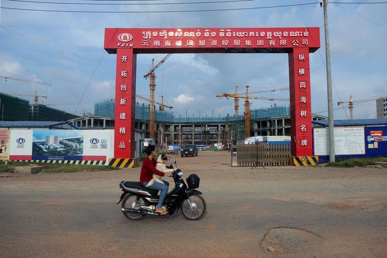 Een van de vele bouwputten in Sihanoukville. Beeld Rob Overtoom