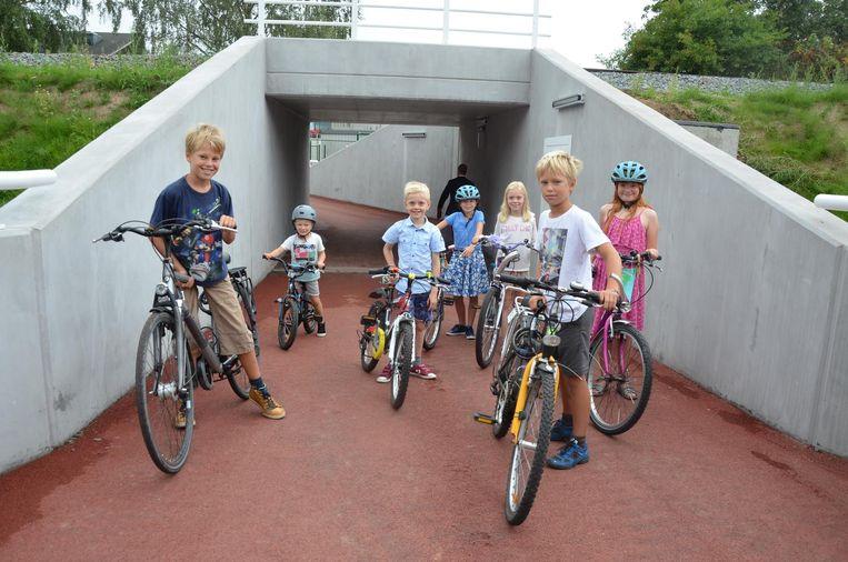 De nieuwe tunnel onder de sporen werd gisteren 'ingefietst' door kinderen uit de Spoelewijk.
