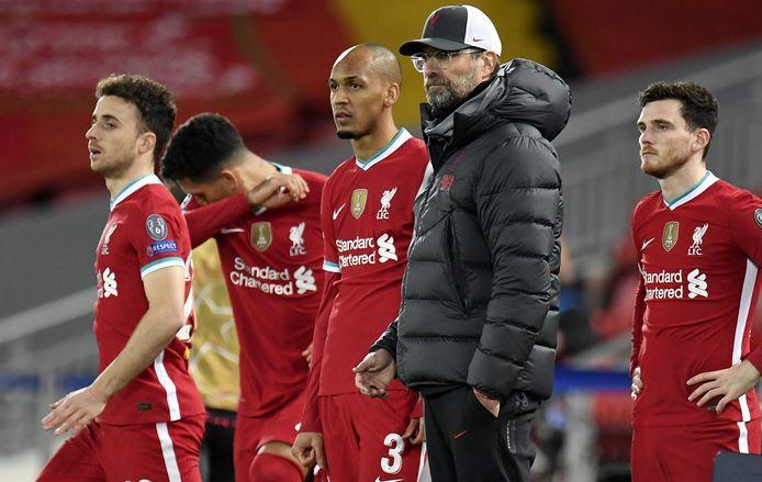 Trainer Jürgen Klopp naast spelers van Liverpool na de nederlaag op Anfield tegen Atalanta.