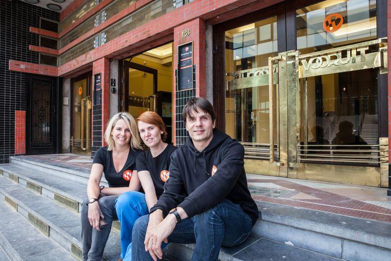Uitbaatster Ellen Vanasten samen met Nele Van Damme en Koenraad Belsack van Upgrade Estate voor het hostel.