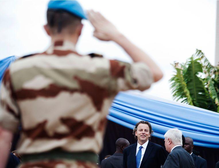 Een VN-soldaat salueert Bert Koenders Beeld REUTERS