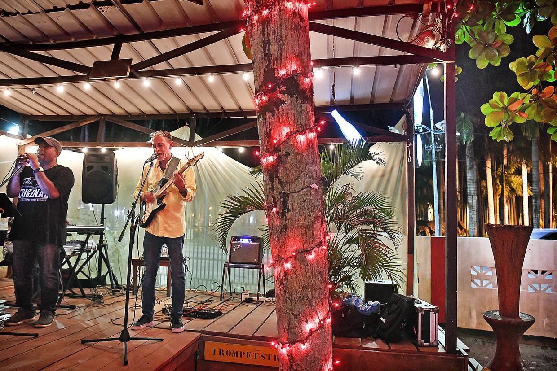 Optreden in restaurant/cultureel centrum Zus en Zo in Paramaribo.  Beeld